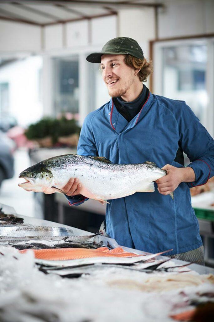 vishandelaar verkoopt zijn vis